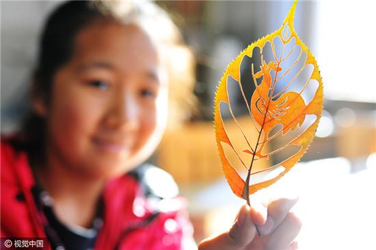 她利用工作之余搜集各种树叶,并沿用传统剪纸的表现形式,创作出许多