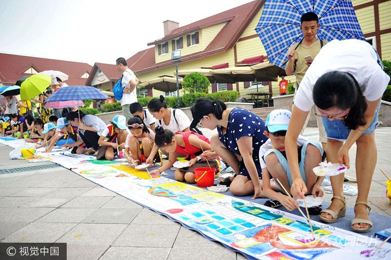 """青岛百名儿童手绘百米画卷 描绘""""心中的家乡"""""""