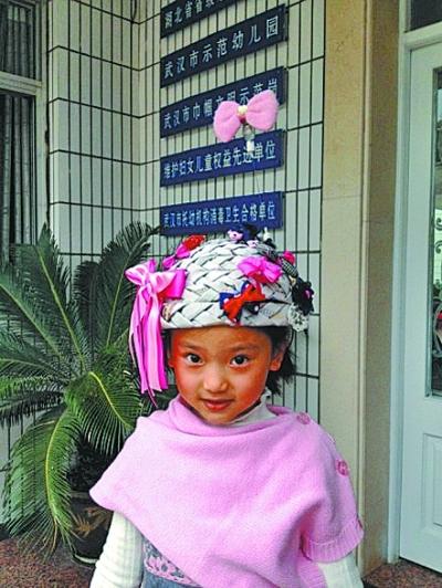 女孩 报纸/家长和孩子一起用报纸做的环保帽子,简直美翻了。