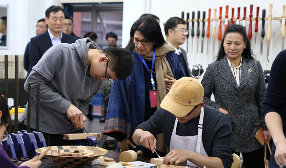 青岛理工学生手工木作现场_副本.jpg