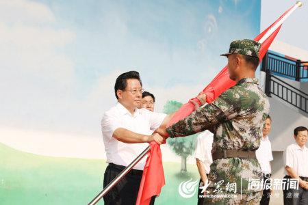 党委书记张兆杰为参训队伍授旗.jpg