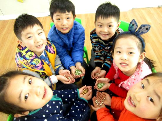 3月8日槐荫区礼乐佳苑幼儿园开展了龙抬头 吃豆子的活动。   大众网济南讯(通讯员李雪)二月二,龙抬头是我国的传统节日,为使幼儿园宝宝进一步走近传统文化, 3月8日槐荫区礼乐佳苑幼儿园开展了龙抬头 吃豆子的活动。   教师向孩子们讲述二月二的民间谚语、龙的传说故事,在二月二众多的风俗习惯中最有趣的莫过于炒豆豆了。有一个《二月二炒豆豆》的童谣这样流传着:二月二,炒豆豆。家里来了小舅舅;和白面,舍不得;和黑面,人笑话。宰公鸡,叫鸣呢;宰母鸡,下蛋呢。炒个豆豆最好呢。老师们不仅让幼儿们了