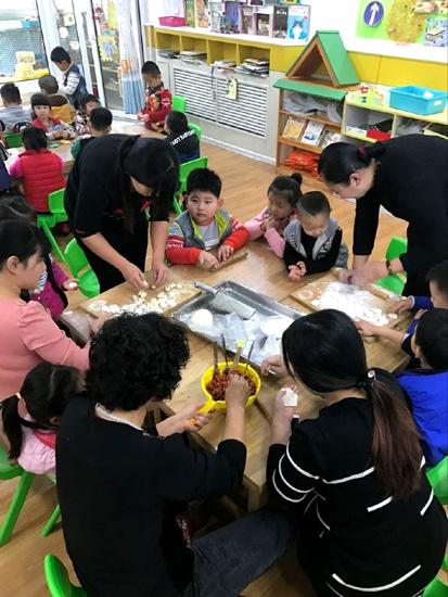 槐荫区礼乐佳苑幼儿园开展冬至包饺子亲子活动