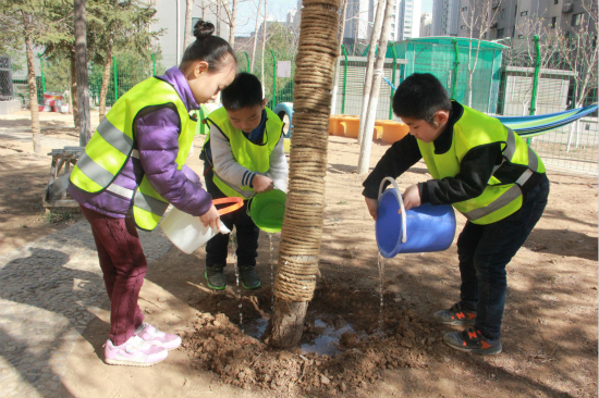 槐荫区礼乐佳苑幼儿园开展植树节护绿活动
