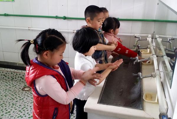 勤洗手,多喝水,让幼儿养成良好的个人卫生习惯