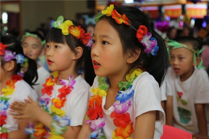 大众网济南讯(通讯员 赵晓婷)迎着夏日的骄阳,六一的脚步近了。如何让孩子们过一个快乐的、自主的六一儿童节。省实验幼儿园(南校区)的老师们,依据今年的学前教育宣传月主题游戏点亮快乐童年,以爱润幼禾,童心绽放为主题,小、中、大班级部分别围绕童心之能、童心之乐、童心之美三个次主题开展各种游戏活动,让孩子们尽情的耍、尽情的玩。真正将游戏还给儿童,让幼儿在游戏中求知健体、在游戏中其职怡情、在游戏中学会交往。活动分为三个阶段:   第一阶段:游戏真体验。游戏我们是认真的,能在手上、乐在其中、