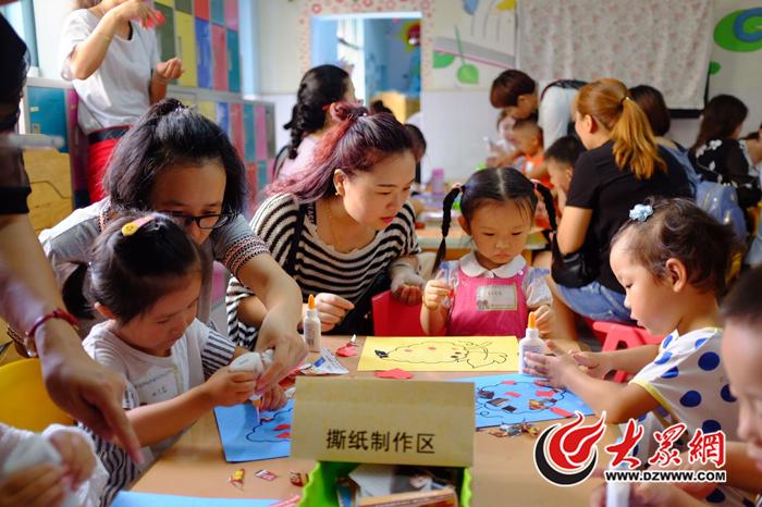 幼儿园小班彩虹伞亲子玩法