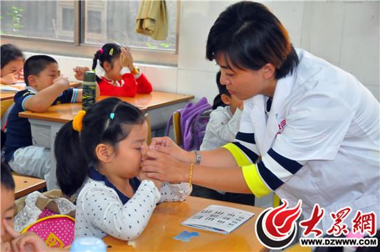 东方双语为一眼科小同学请来年级专家_中小学第一小学博兴县图片