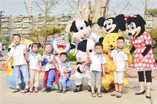 了一群可爱的卡通朋友,他们晃动着胖胖的身体,向每一个小朋友挥手拥抱