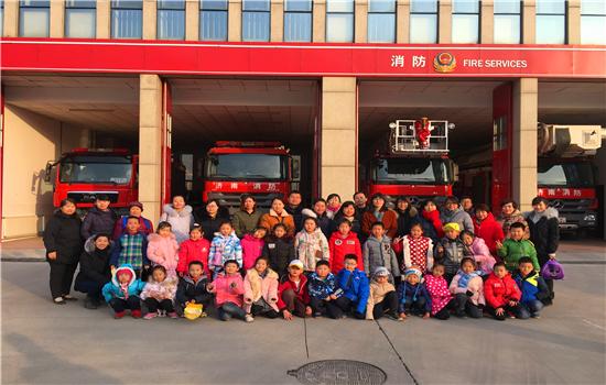 奥龙小学一年级一班参观消防队活动