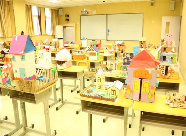 大众网综合讯 5月29日,为了进一步增强学生的环保意识,锻炼学生动手、动脑和创新能力,展现学生风采,提高学生对废物改造和手工制作的兴趣,反映丰富多彩的校园文化生活,山大附中凤凰路学校开展了纸盒再利用活动。   本次活动的制作主题为:用纸盒纸箱,做出自己的理想家园。同学们可以充分发挥自己的想象力与创造力,在脑海中描画出自己憧憬向往的家园,让他们真实地呈现在大家面前。各班孩子积极地参与了本次活动,向学校提交了135份作品。学校经过认真评选,从这100多份作品中,评选出一、二、三等奖作品若干份,