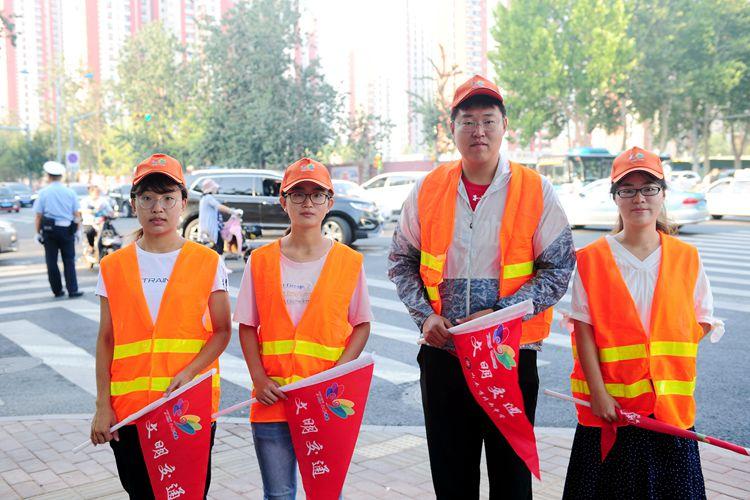 90后年轻教师路口执勤 引领城市文明交通