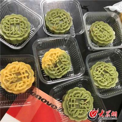 中队老师把做月饼的材料发给了每个孩子,学生在老师指导下认真地